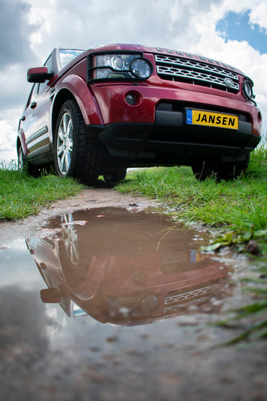 Land Rover Discovery gespiegeld in plas
